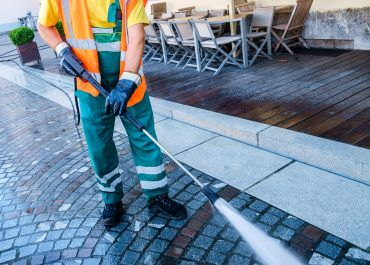 Czyszczenie kostki brukowej i granitu – jak czyścić i pielęgnować nawierzchnie wokół budynku?